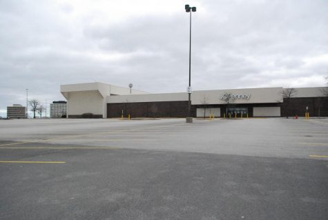 The parking lot in front of the JCPenney at the Woodfield Mall in Schaumburg sits empty on Sundy, March 29. Photo by Natalia Habas.